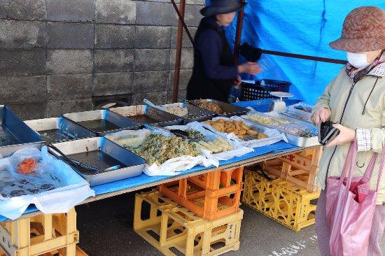 Morning Market in Masuda: 惣菜店の店先