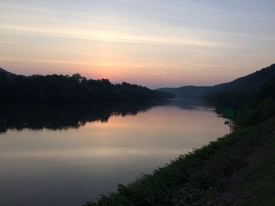 Budget Host Inn Charleston : Kanawha River at sunset