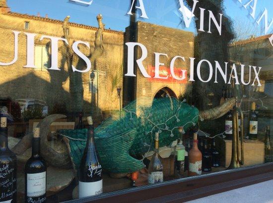 Mirepoix, Frankrig: Vitrine avec reflet sur la porte d'Aval