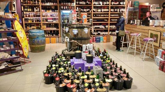 Tunuyan, Argentina: En esta foto, realmente no está Gustavo, pero se aprecia un tercio de su vinoteca.