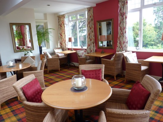 Northfield Hotel: plenty of seats and tables in the bar area