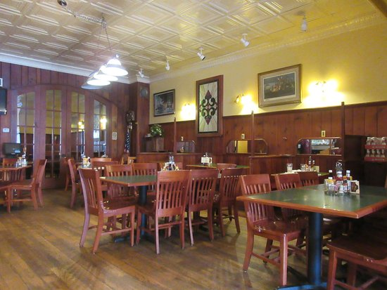Hermann, MO: Photo of the dining room to include tables and booths. This is not the bar room.