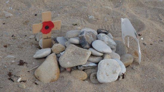 Courseulles-sur-Mer, Frankrig: Persoonlijke gedenktekens van familie op het strand.