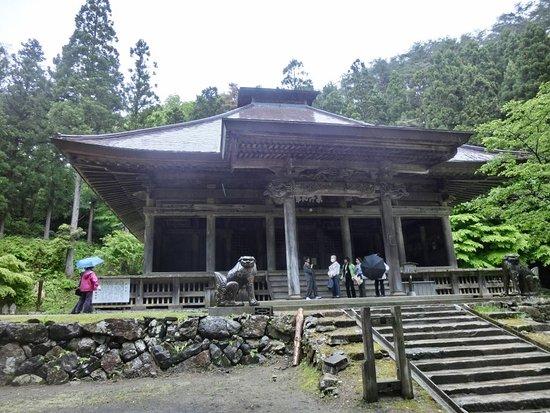 Oshu, Giappone: 黒石寺 本堂 一対の狛犬が印象的です