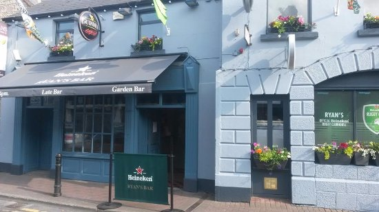 Navan, Irlanda: Front of Ryan's Bar