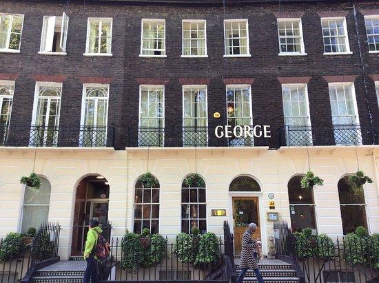 The George Hotel: 同じ外観のアパートメントのようなつくり