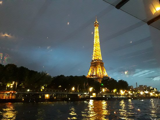 la tour eiffel illumin e picture of bateau le calife. Black Bedroom Furniture Sets. Home Design Ideas
