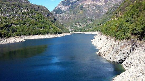 Verzasca Dam : vue depuis la route menant au barrage