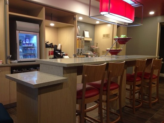 TownePlace Suites Fresno: Breakfast Buffet