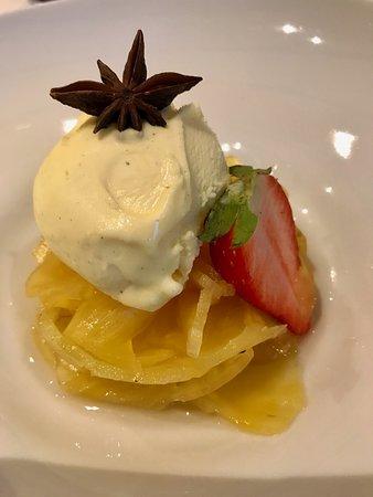 Chiasso, Suisse : dessert: carpaccio di ananas