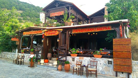Krasi, Grèce : View of the restaurant from the main road