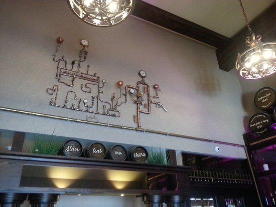 Killaloe, Irlandia: Quirky plumbing sculpture in bar