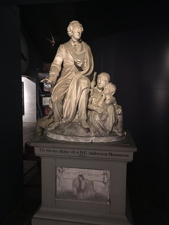 Hans Christian Andersen Museum : Statue of HC Andersen storytelling
