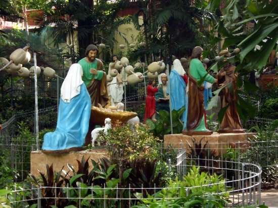 Manaoag, الفلبين: rosary statues