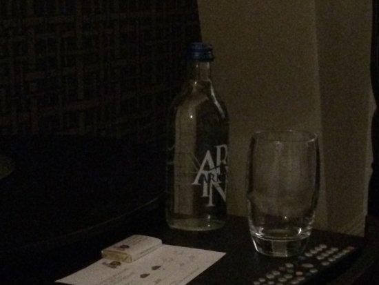 Hotel Schweizerhof: Petit chocolat et bouteille d'eau déposés après le souper.