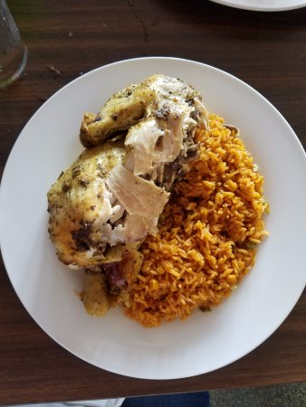 Meadville, Pensilvania: Half Roasted Chicken with yellow rice