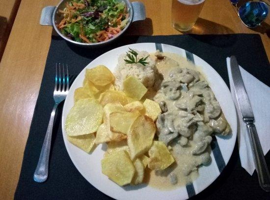 Entroncamento, Portugal: Uns bifinhos com cogumelos com guarnição e uma boa salada. Muito bons.