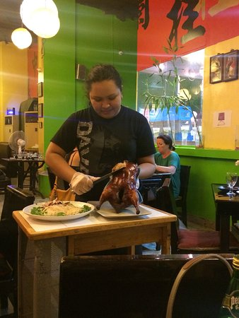 Lan Kwai Fong: Service of the roasted duck (pecking duck)