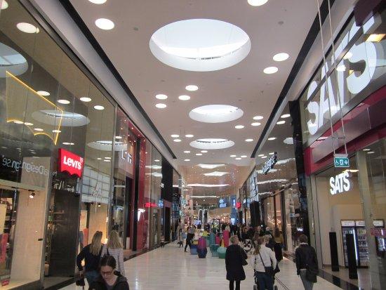 Сольна, Швеция: Winkelpassage in de Mall of Scandinavia