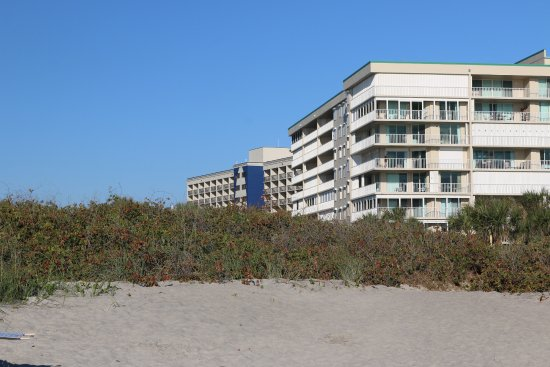 Hampton Inn Cocoa Beach/Cape Canaveral: View of Hampton Inn from Cocoa Beach