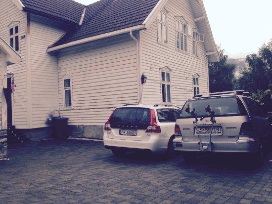 Solvorn, Norway: Parking at entranceway