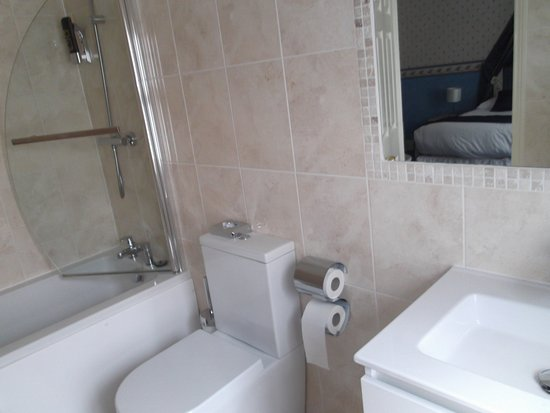 Barford, UK: Shower over bath