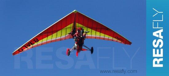 Cuers, Prancis: ULM Pendulaire de chez RESAFLY volant dans le ciel bleu d'azur