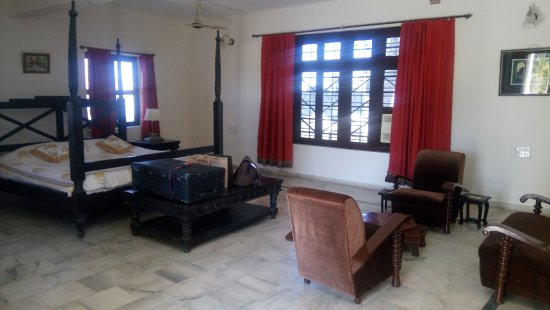 Poshina, India: Spacious with triple aspect over village and mountains.