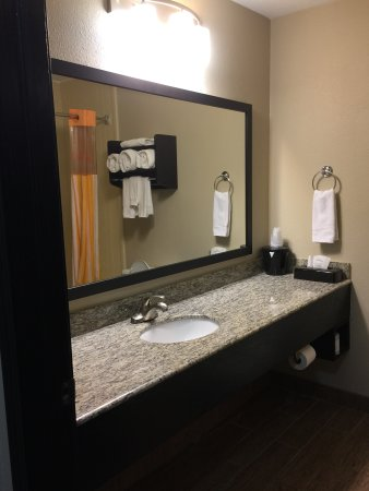 Greenwood, IN: Nice size bathroom and large towels.