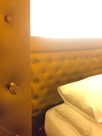 Le Petit Madeleine Hotel: Plush gold bedroom