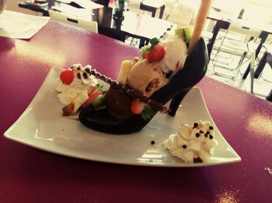 Salernes, Francia: La coupe de glace cendrillon escarpin en chocolat lait ou noir 3 boules de glaces aux choix