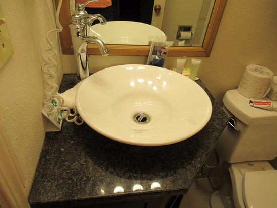 Stage Coach Inn : Faucet too far back of sink-washing hands water splashes over back edge-needs to be corrected