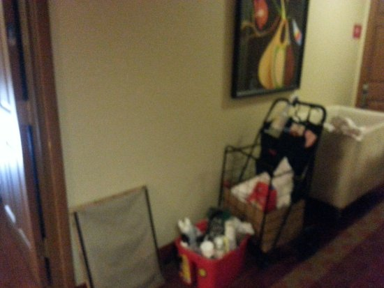 Glen Allen, VA: Maid carts blocking my doorway to leave.