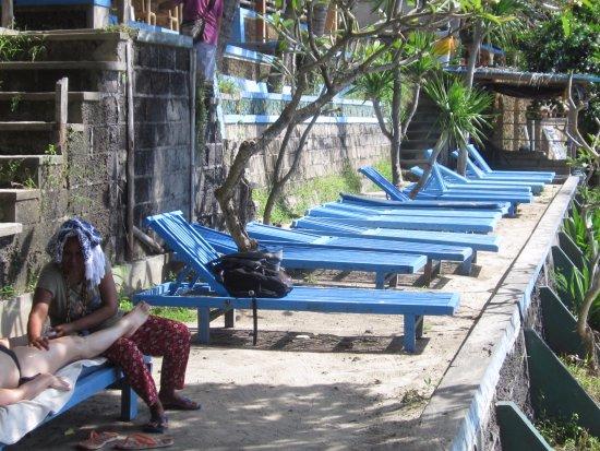 Manggis, Endonezya: deck chairs for rent