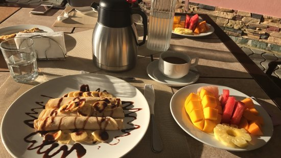 Villa Rosa: Beautiful breakfast in the sun!