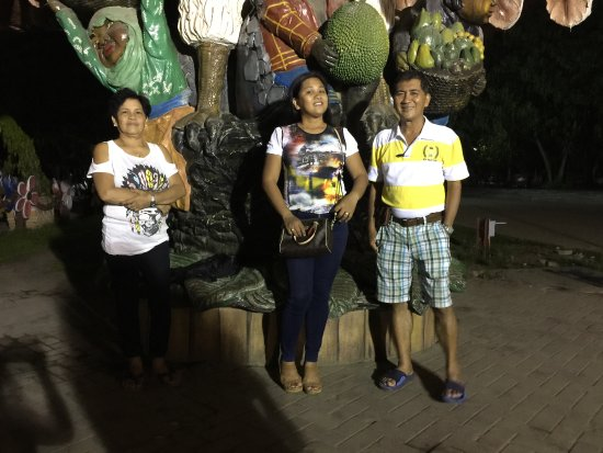 ดาเวา, ฟิลิปปินส์: My wife and her Mama and Papa enjoying the evening at the Park