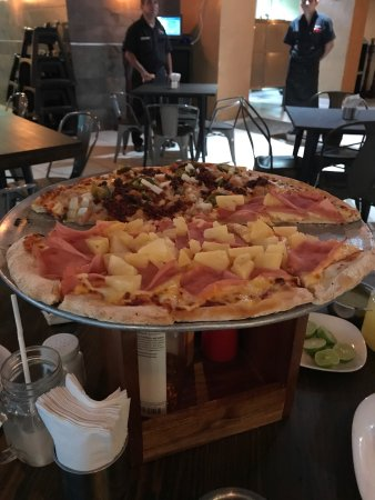 Zamora de Hidalgo, México: Pizza de calidad y puede solicitarse de dos tipos en una