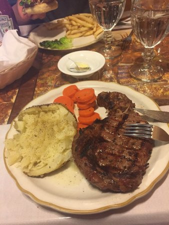 Burney, Californien: Burger with mozzarella very good!  So was the ribeye.  Good salads and bread.  Cute woodsy inter