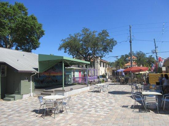 Gulfport, FL: Cute Little Village Courtyard!