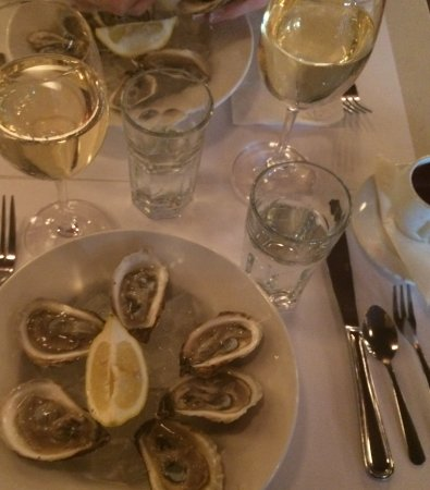 Les Tontons Flingueurs Brasserie: Oysters with chablis