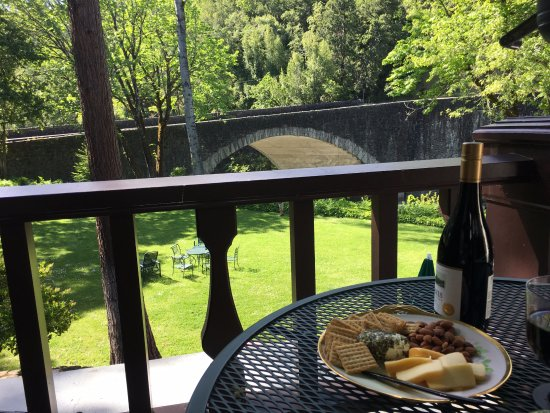 Benbow Historic Inn: Happy hour on our terrace overlooking the old bridge