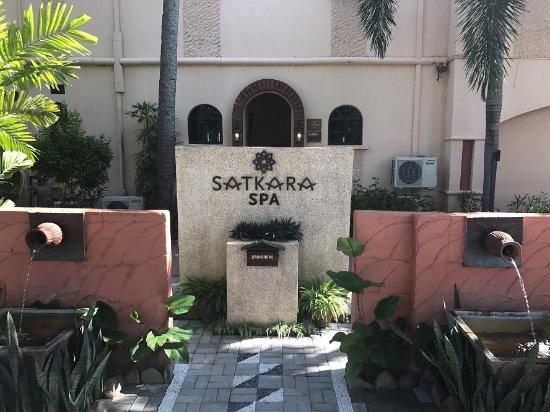 Satkara Spa at Casa del Mar: スパの正面入り口 道路側より