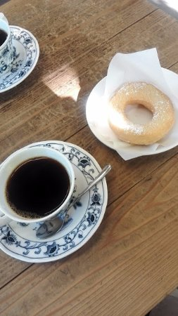 Kuroishi, Japan: Delicious coffee and just-baked donuts