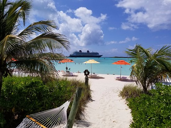 Castaway Cay: Path to umbrellas and beach.