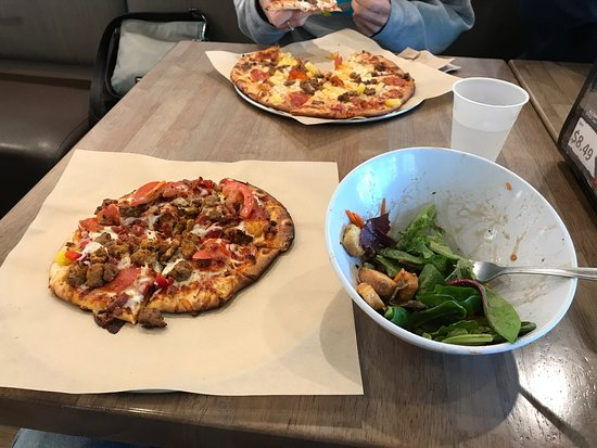 Lakewood, WA: Pizza and salad
