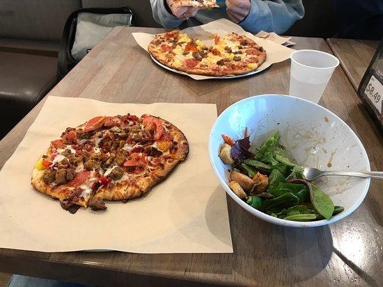 Lakewood, Waszyngton: Pizza and salad