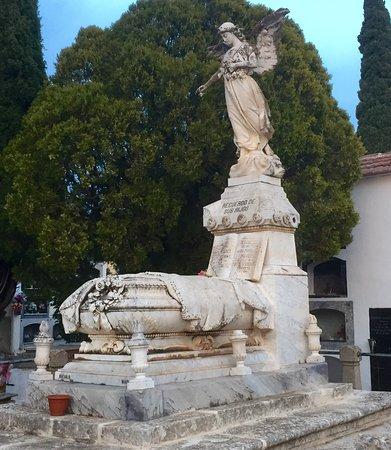 Villalgordo del Jucar, สเปน: El Júcar en Villalgordo con el Puente de Don Juan y monumento funerario de los Gosalvez en el ce