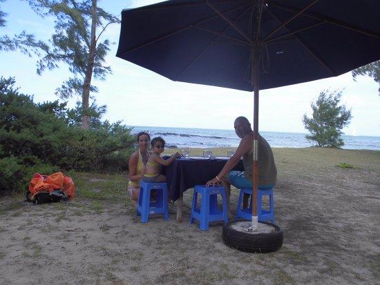 Mahebourg: repas sur la plage