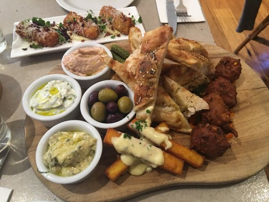 Richmond, Australia: Tasting platter and Mac & Cheese Jalepeno Croquettes