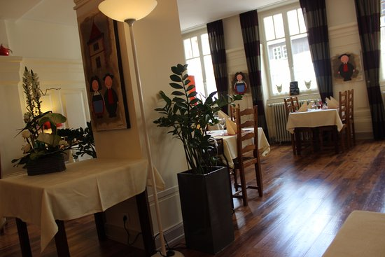 vue de la vaste salle de restaurant aux tables bien. Black Bedroom Furniture Sets. Home Design Ideas